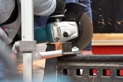 Металл sawing работника стоковые изображения rf