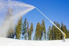 Метатель снега в лыжном курорте горы Стоковое Изображение RF