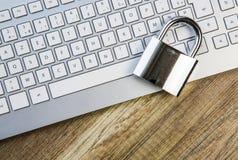 Метафора компьтер-книжки обеспеченная клавиатурой с padlock Стоковые Фото