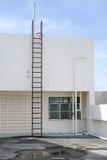 Металл лестницы старый вертикальный промышленный заржавел к цистерне с водой Стоковая Фотография