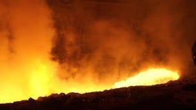 металл жидкости печи взрыва Поток жидкостного металла лить сток-видео