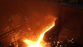 металл жидкости печи взрыва Утюг жидкости от ковша в стальных изделиях видеоматериал