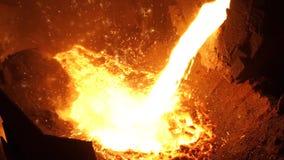 металл жидкости печи взрыва Утюг жидкости от ковша в стальных изделиях сток-видео