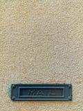 Металлическая зеленая рамка с почтой слова на предпосылке старой стены Стоковое Фото