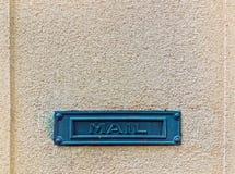 Металлическая зеленая рамка с ` почты ` слова на предпосылке старой стены Стоковые Изображения RF