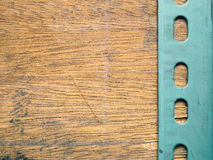 Металлическая пластина над деревянной предпосылкой Стоковое Изображение RF