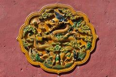 Металлическая пластинка жемчуга китайского желтого дракона заразительная в прозрачной застекленной увольнянной керамической плитке Стоковая Фотография RF
