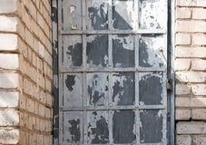 Металлическая решетка на кирпичной стене Стоковая Фотография