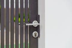 Металлическая ручка двери на металлической двери Стоковые Фото