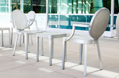 Металлические стулья и таблицы Стоковые Фотографии RF