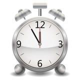 Металлический механически реалистический будильник, часы показывая на 5 минутах 12, полночь или обед Стоковое Изображение RF