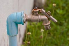 Металлический faucet с сетью паука Стоковая Фотография