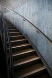 Металл и конкретная промышленная изогнутая лестница Стоковая Фотография