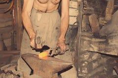 Металл кузнеца работая с молотком Стоковые Фотографии RF