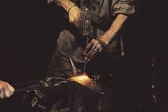 Металл кузнеца работая с молотком Стоковые Фото