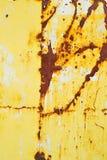 Металл покрашенный желтым цветом с текстурой ржавчины стоковое фото