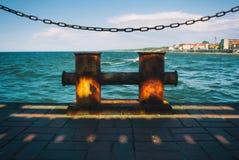 Металл ржавый прокалывает детали, chailn смертной казни через повешение и взгляд к волнам turqujise Балтийского моря, Svetlogorsk Стоковая Фотография