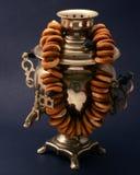 Металл самовара чая винтажный на темной предпосылке с бейгл Стоковые Фотографии RF