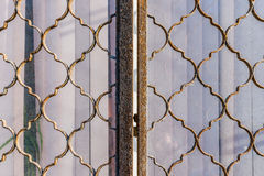 Металл скрежеща на закрытом окне стоковое изображение rf