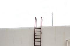 Металл старой лестницы вертикальный промышленный заржавел к цистерне с водой Стоковое Изображение RF