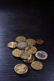 Металл стога евро монеток европейца красит черноту стола валюты Стоковое фото RF