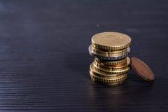 Металл стога евро монеток европейца красит черноту стола валюты Стоковая Фотография RF
