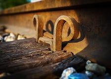 Металл следа поезда держа поднимающее вверх штыря близкое Стоковые Фото