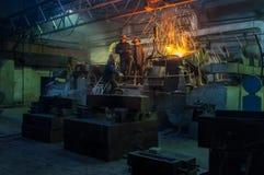 Металлургическое предприятие, горячая отливка металла стоковое фото
