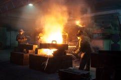 Металлургическое предприятие, горячая отливка металла стоковые фотографии rf