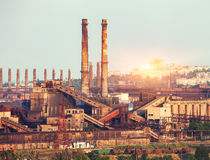 Металлургическое предприятие на красочном заходе солнца промышленный ландшафт ST Стоковые Изображения