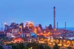 Металлургическое предприятие с белым дымом на ноче Стальная фабрика с дымовыми трубами стальные изделия, работы утюга Тяжелая инд Стоковое Фото