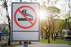 металл ярлыка отсутствие курить знака парка Стоковое Изображение RF