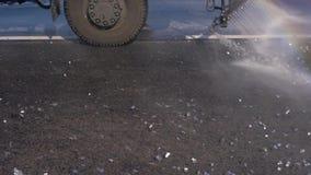 Метельщик льет воду дорога под давлением очищает асфальт от грязи видеоматериал