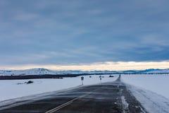 Метель подметает дорогу к горам в хмуром небе, Altai, России стоковая фотография