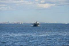 Метеор - шлюпка судна на подводных крыльях идет через Gulf of Finland на солнечный праздник Первого Мая Стоковое Фото