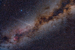 Метеор Perseid пересекая небо Стоковые Изображения