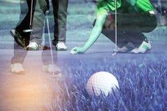 Метка игрока в гольф двойной экспозиции его шарик и игрок в гольф положения кладя на зеленый цвет Стоковые Изображения