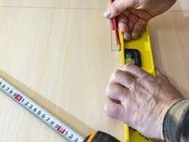 Метка карандаша притяжки на деревянной предпосылке Стоковые Фото