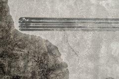 Метка скида на асфальте рядом с прудом воды Стоковая Фотография
