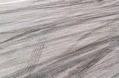 Метки автошины на следе дороги стоковое фото rf