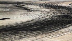 Метки автошины на следе дороги Стоковые Фото