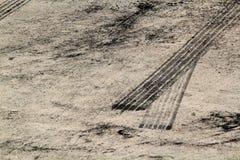 Метки автошины на следе дороги Стоковые Изображения