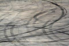 Метки автошины на следе дороги стоковые фотографии rf