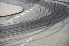 Метки прогара покрышки на дороге асфальта стоковые изображения