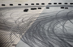 Метки прогара покрышки на дороге асфальта стоковое фото rf