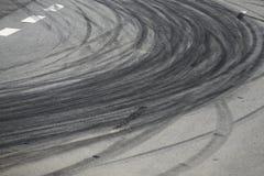 Метки прогара покрышки на дороге асфальта стоковая фотография rf