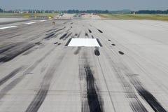 Метки скида на взлётно-посадочная дорожке Стоковые Фотографии RF