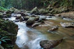 Метод долгой выдержки для водопада в реке которое пропускает от максимума к низкому пункту в национальном парке Стоковые Изображения RF