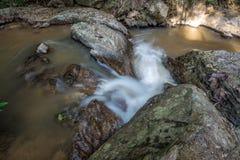 Метод долгой выдержки для водопада в реке которое пропускает от максимума к низкому пункту в национальном парке Стоковое Изображение RF