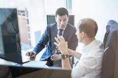 Метод мозгового штурма команды дела и dicussing идеи дела на деловой встрече Стоковая Фотография RF